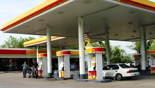 Pompele benzinăriei, sigilate de comisarii GFA.