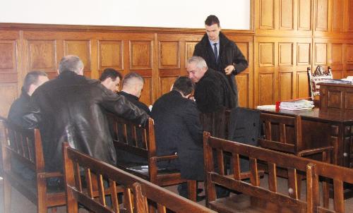 Discuţii între avocaţi şi inculpaţi, în pauza şedinţei de judecată