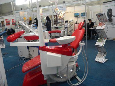 Scaunele speciale pentru stomatologie sunt principala atracţie a târgului FOTO: A.P.