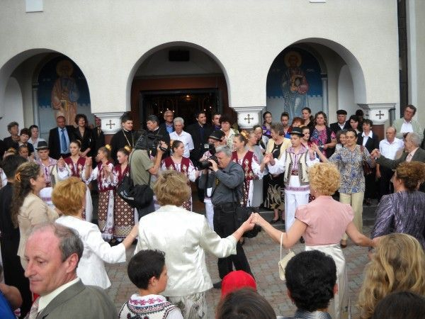 Jocul rugii incepe in curtea bisericii din localitate