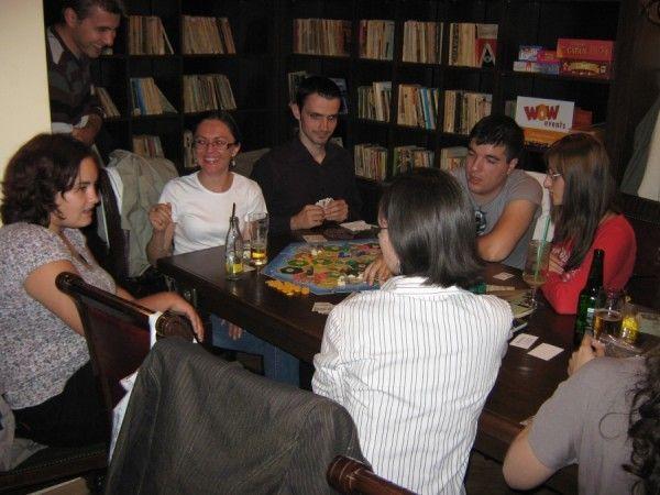 Jocuri de societate intr-o cafenea din Piata Unirii