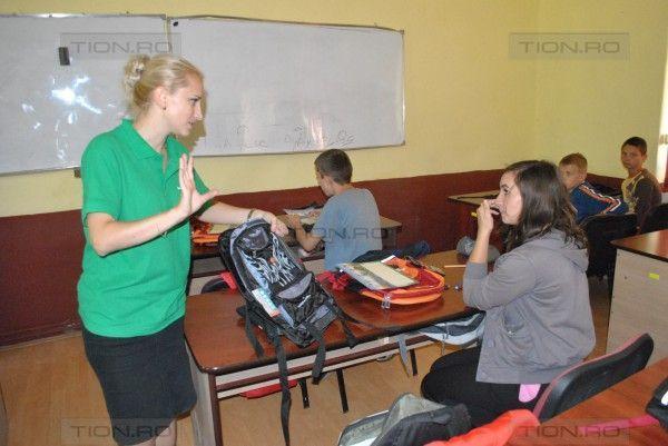 Voluntarii Smithfield le-au impartit rechizite elevilor de la scoala din Masloc