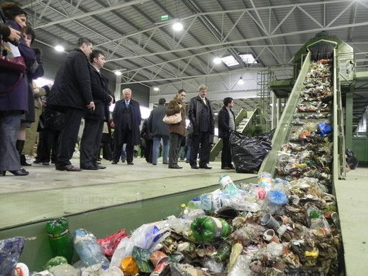 Ultima selectare a deşeurilor reciclabile se face pe bandă la Eco Bihor