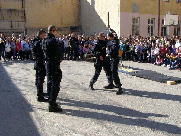 Jandarmii din Timisoara i-au invatat pe elevi cum sa se apere de infractori