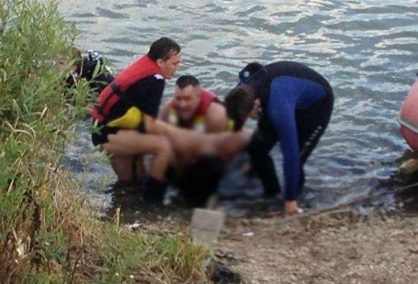 Tanarul a fost scos din apa dupa o ora