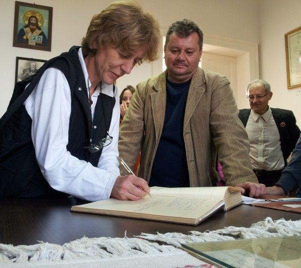 Prof. Sonia Molcuţa, semnând în Cartea de Aur gojdistă