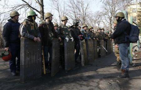 Anti-government protesters prepare for duty in Kiev