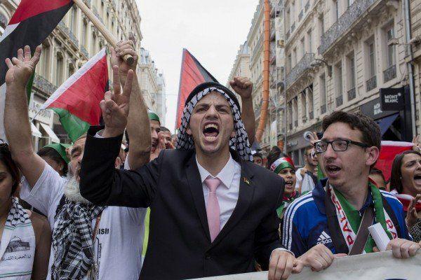 19 iulie, Lyon - Un protestatar cere pace