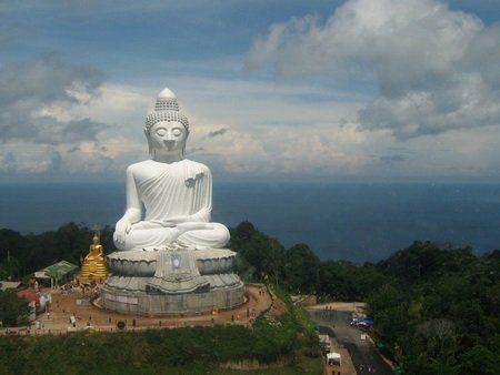TION: Statuia Marelui Budha