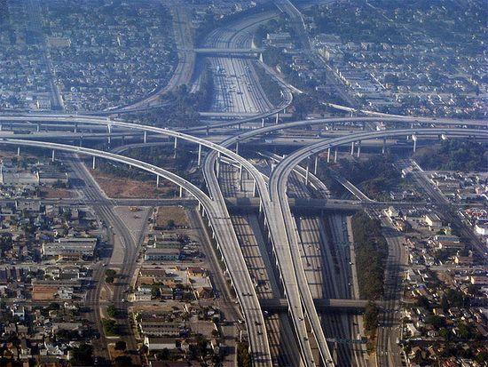 E o rețea de autostrăzi cu patru nivele și a fost inaugurată în 1993.