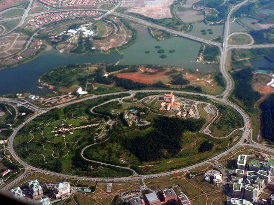 E situat la sud de Kuala Lumpur, iar circumferința sa măsoară aproximativ 3,4 km.