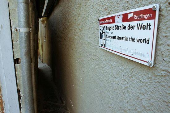 O găsiți în orașul Reuntlingen. În cel mai îngust punct măsoară 31 cm, iar în cel mai larg - 50 cm.