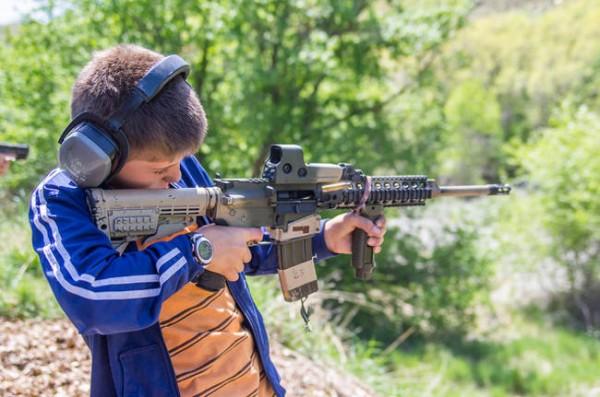 În Florida poți să tragi cu arme mici în curtea proprie atâta timp cât nu tragi către o casă locuită sau către stradă.