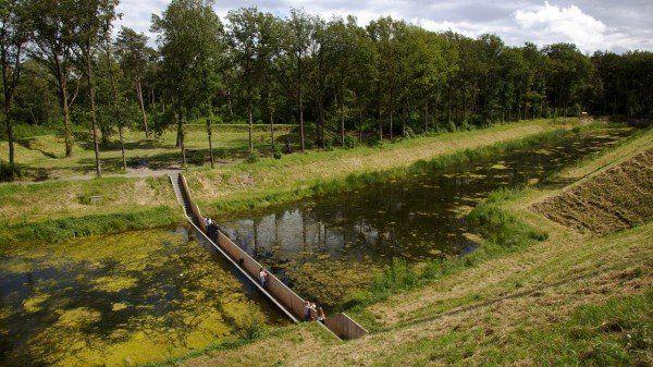 """Pod atipic în Olanda - În timp în mod obișnuit podurile se contruiesc deasupra apei, în apropiere de Halsteren există un """"pod"""" care seamănă mai mult cu un șanț."""
