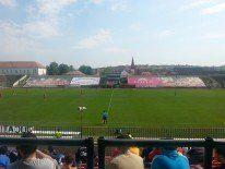 Stadion dezolant, cu o tribună acoperită cu bannere pentru care clubul nu primeşte niciun ban.