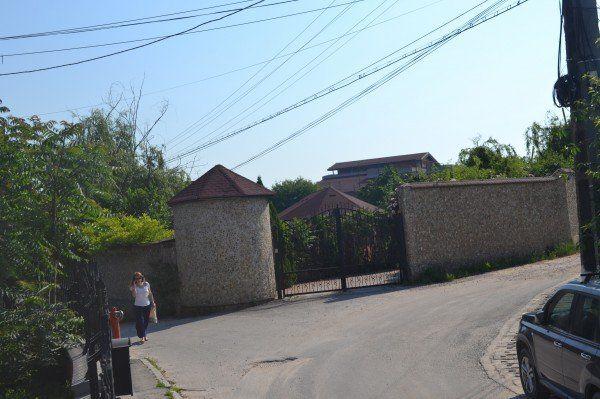 Intrarea în impozantul imobil de pe strada Beldiceanu