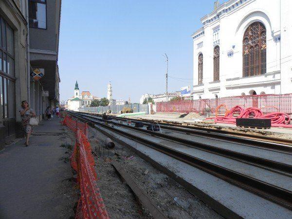 Betonul dintre linii nu este destul de întărit pentru a suporta macaraua care aduce stâlpii